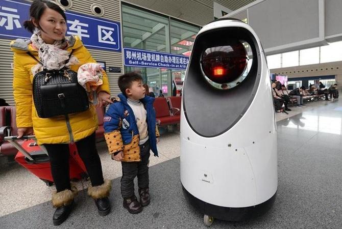 В Китае впервые вышел на работу патрульный робот