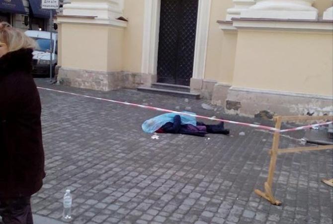 Львовский горсовет: ВоЛьвове сорвавшийся скрыши кусок льда убил женщину