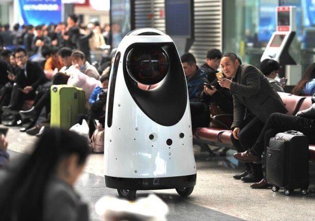 Накитайском вокзале появился 1-ый робот-патрульный