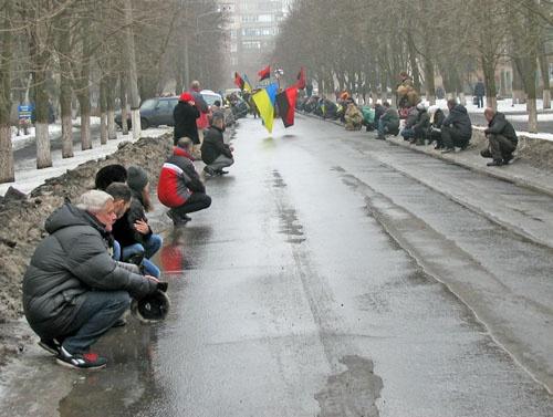 НаДонетчине люди встали наколени, провожая впоследний путь солдата АТО