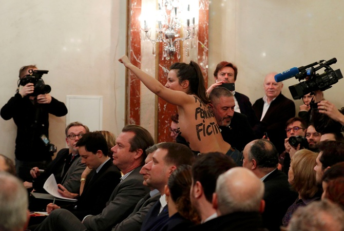Полуголая активистка Femen рассмешила Марин ЛеПен