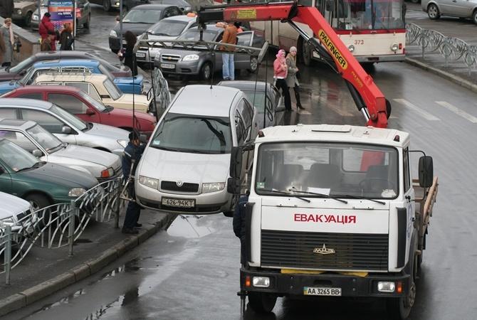ВКиеве отец исын при помощи эвакуатора пытались угнать авто— милиция