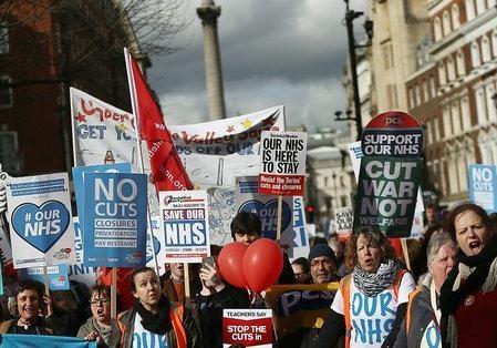 Десятки тысяч лондонцев протестовали против сокращений расходов на здравоохранение