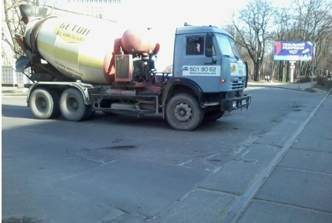 Наулице Кирилловской бетономешалка сбила коляску с сыном