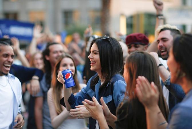 PepsiCo удалила скандальное видео смоделью Кендалл Дженнер намитинге