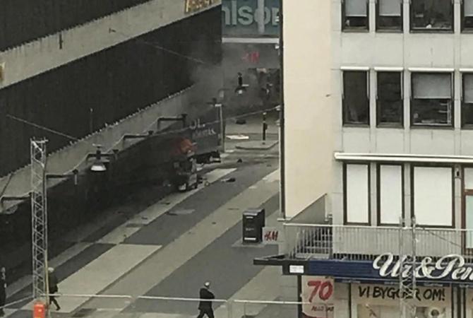 Появилось видео, снятое очевидцем после теракта вцентре Стокгольма