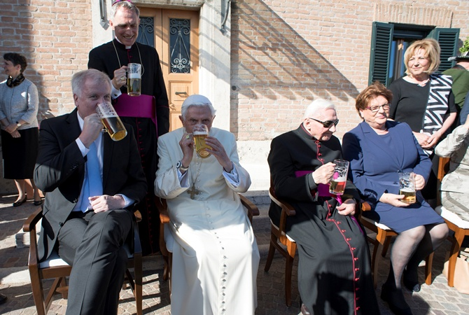 Прошлый Папа Римский Бенедикт XVI подчеркнул 90-летие кружкой пива