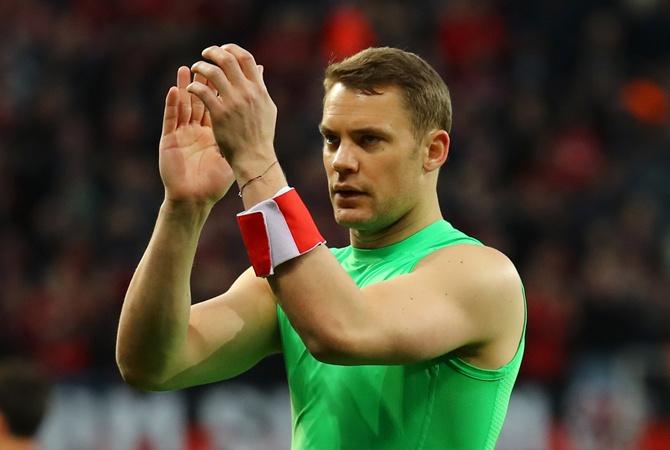 Вратарь «Баварии» Нойер покинул стадион накостылях