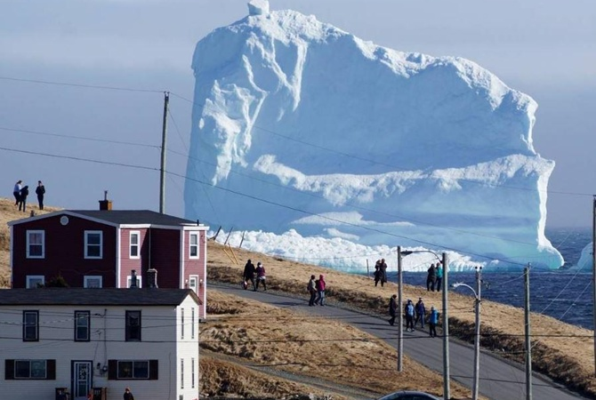 К побережью Канады принесло огромную льдину