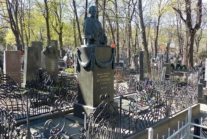 ВКиеве вандалы украли части монумента поэтессе Леси Украинки
