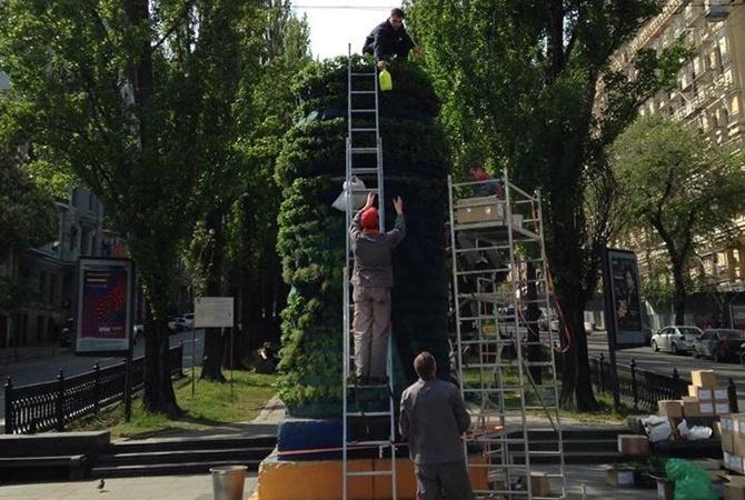 Постамент отпамятника Ленину встолице украсили розмарином имятой