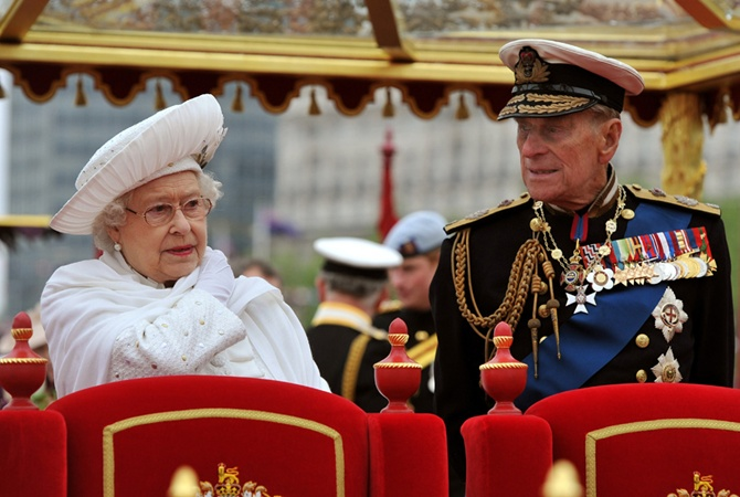 Супруг королевы Англии отходит отдел