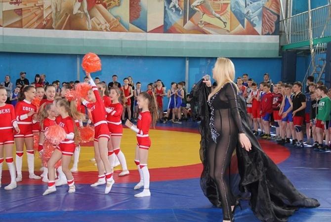 Украинская эстрадная певица спела без трусов перед детскими соревнованиями