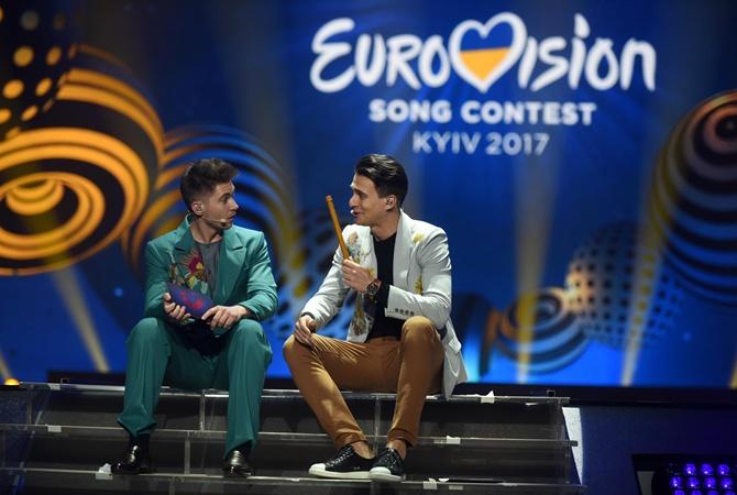 Ведущие Евровидения-2017 исполнили победные хиты прошедших лет сукраинским колоритом