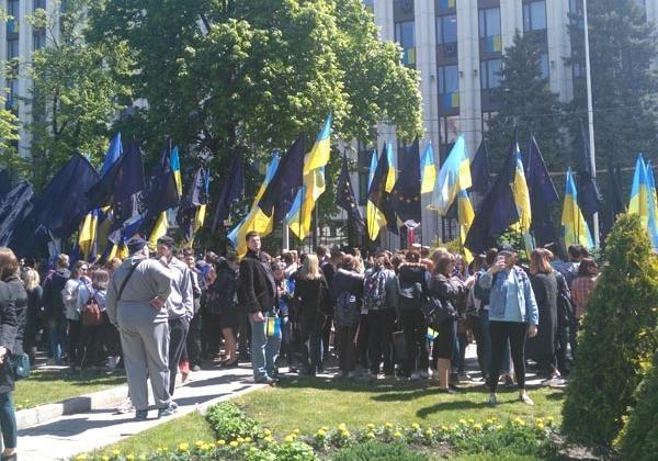В городах Украины подняли флаги Евросоюза в честь получения безвиза