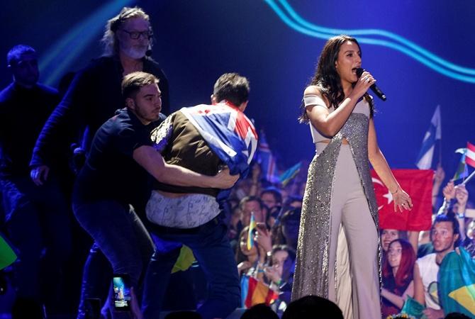 На «Евровидении-2017» зритель выскочил насцену иснял трусы