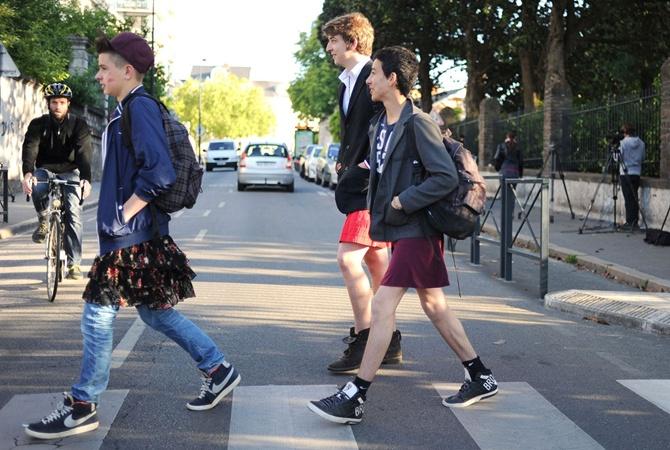 Мальчик в ходит в юбке