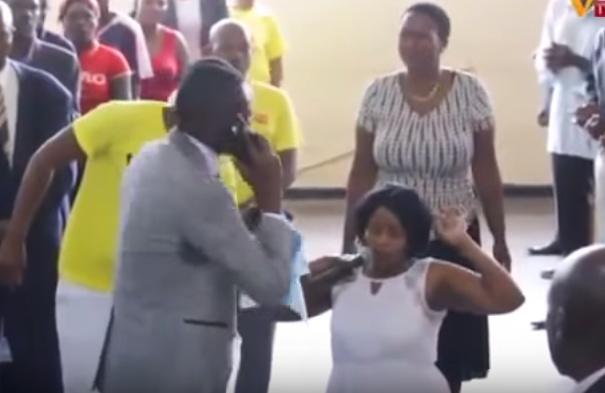 Видео: в Зимбабве пастор позвонил Богу по мобильному на глазах у сотен верующих