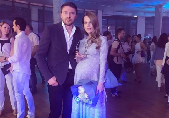 Беременная Ольга Фреймут вышла всвет смужем