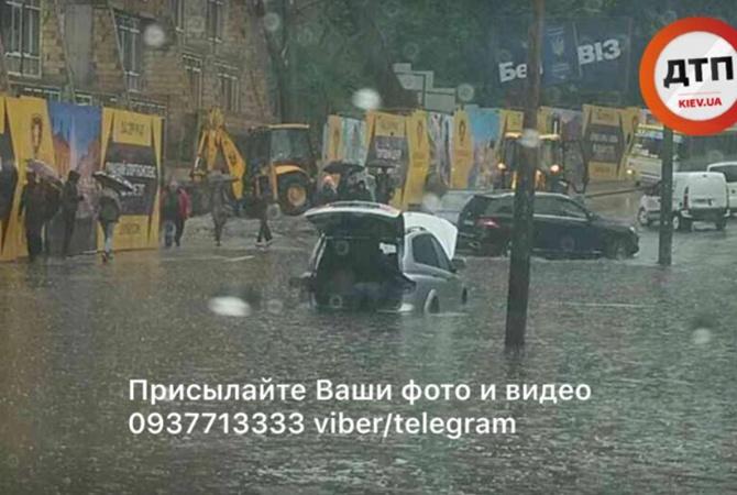 Потоп вКиеве: после ливня влужах тонули машины