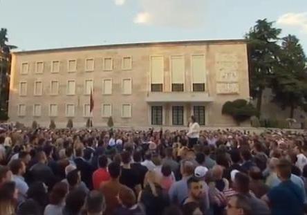 Неменее 70 человек отравили намитинге оппозиции вАлбании