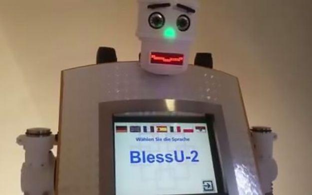 ВГермании робот-священник благословляет прихожан