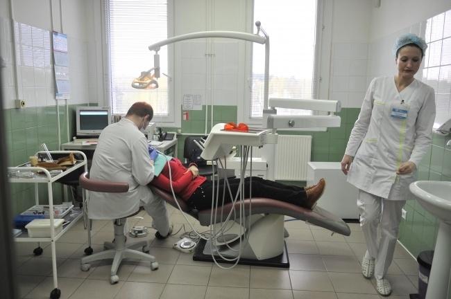 Удалившая пациентке 22 здоровых зуба стоматолог сбежала отследователей
