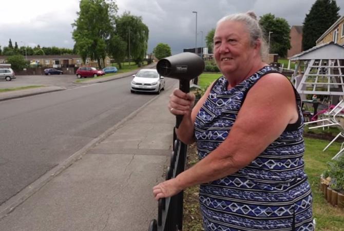 Британская бабушка «пугает» водителей феном, призывая соблюдать высокоскоростной режим