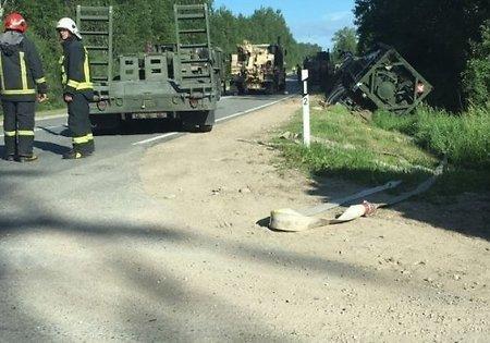 Автоцистерна армии США перевернулась натрассе вЛатвии