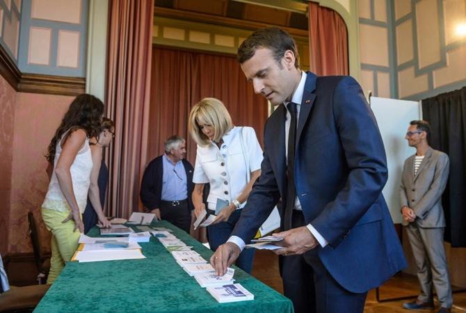 ВоФранции партия Макрона одолела впервом туре парламентских выборов