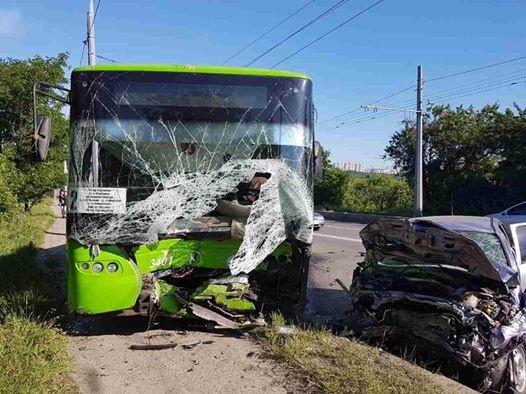 ВХарькове легковушка влетела вавтобус, есть жертва ипострадавшие
