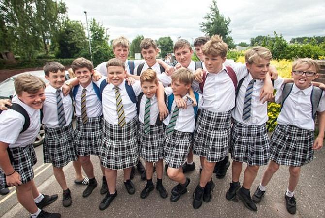 В Англии школьники надели юбки, протестуя против запрета нашорты