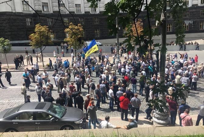 Ветераны МВД подрались сполицейскими вцентре столицы Украины