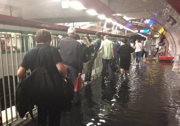 Размещено фото ивидео иззатопленного метро Парижа