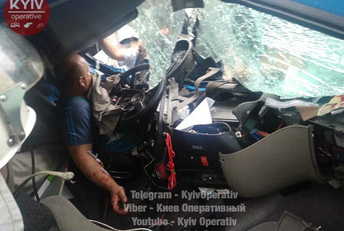 Ужасающая авария вКиеве: столкнулись фуры, водителей вырезали 2 часа изметалла