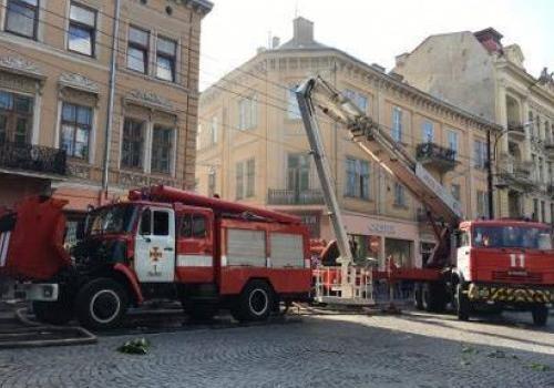 Пожар вцентре Львова: полыхает жилой трехэтажный дом
