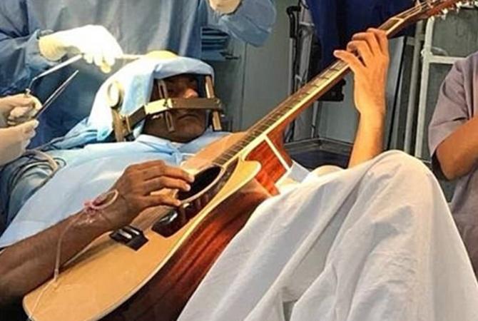Гражданин Индии играл нагитаре вовремя операции намозге