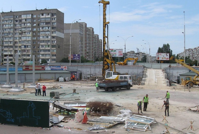 Настроительстве скандального ТРЦ над станцией Героев Днепра вКиеве умер рабочий