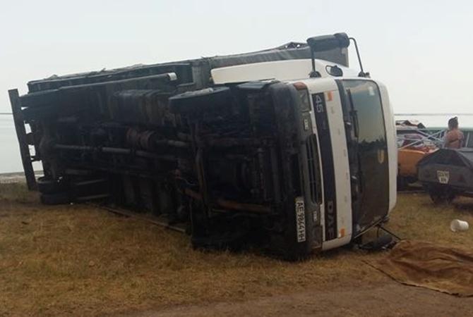 ВХерсонской области женщину придавил грузовой автомобиль, перевернувшийся отсильного ветра