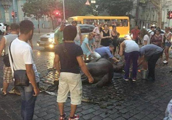 Милиция Одессы расследует смерть загнанного коня, запряженного вкарету