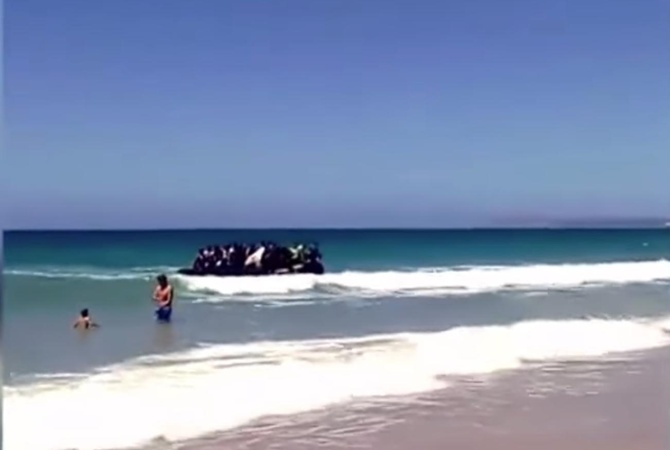 На пляже в Испании причалила лодка с мигрантами