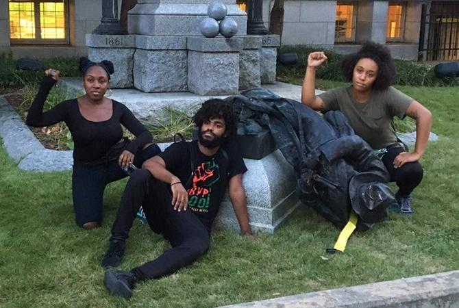 ВСША протестующие скинули спостамента монумент войскам Конфедерации