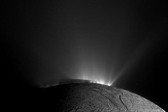 NASA показало неповторимое голубое свечение Сатурна