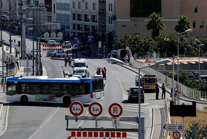 Очередной теракт? ВМарселе автомобиль протаранил автобусные остановки— есть погибшие