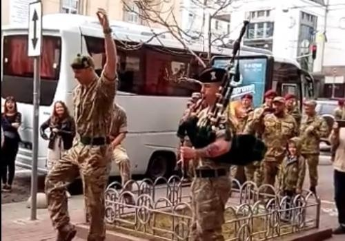 Под волынку инатовцы— танцоры: заграничный солдат устроил пляски вцентре столицы Украины