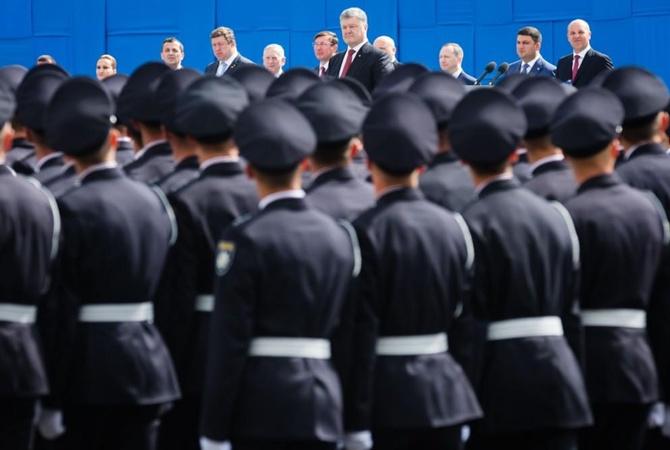 Заавторитет Украины: Порошенко наградил Олланда иБайдена орденом Свободы