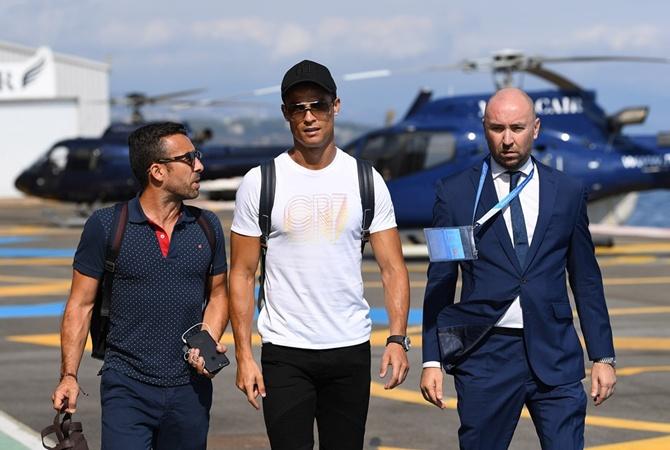 Роналду! УЕФА назвала лучшего футболиста года Роналду прилетел в Монако сразу за двумя призами