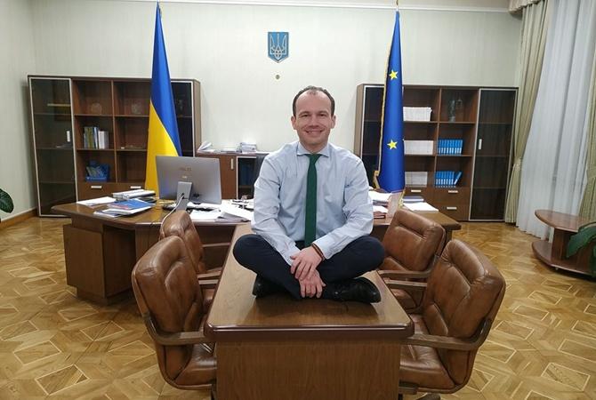 Картинки по запросу Глава Министерства юстиции Денис Малюська фото на столе