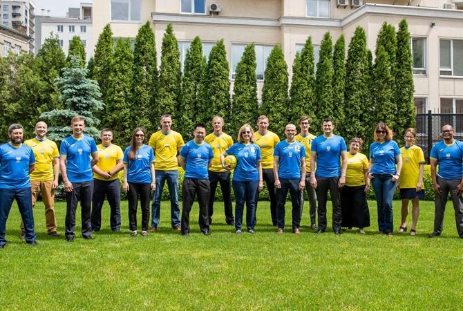 Сотрудники посольства США надели новую форму сборной Украины
