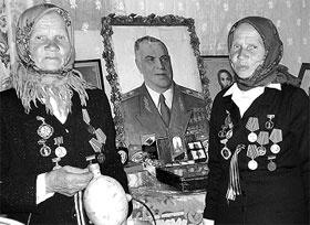 Бабушки-партизанки молятся на маршала height=363